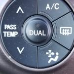 車のACボタンは冬でも入れる?燃費の影響は?